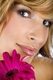 一个时髦的女孩的画象有花的 免版税图库摄影