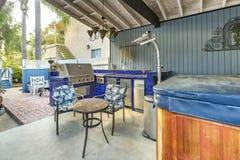 一个时髦的室外厨房的大角度看法砖露台wi的 免版税库存图片