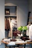 一个时髦的衣物精品店的内部 库存图片