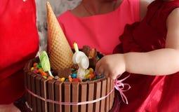 一个明亮的巧克力蛋糕为一个小女孩的生日 免版税库存照片