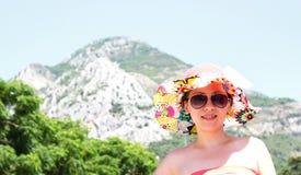 一个明亮的帽子的好女孩 免版税图库摄影