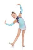 一个明亮的田径服的美丽的年轻体操运动员 免版税库存照片
