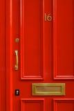 一个明亮的红色门的细节特写镜头在伦敦英国 免版税库存照片