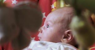 一个晃动的摇篮的男婴 股票视频