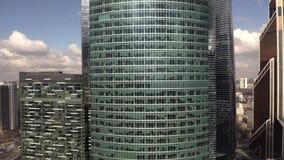 一个普通办公室摩天大楼的空中显露的射击 股票录像
