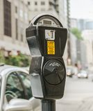 一个普通美国停车时间计时器的特写镜头 免版税库存照片