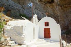 一个晴天和一个教堂山的在市Perissa 库存照片