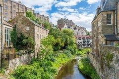 一个晴朗的下午的风景教务长Village,在爱丁堡,苏格兰 免版税库存照片