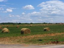 一个晴朗的草甸的干草堆 免版税库存图片