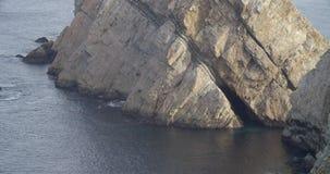 一个最后的峭壁基地的看法与击中岩石的海的 股票视频