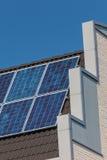 一个最近编译房子的侧视图有太阳电池板的 免版税库存图片