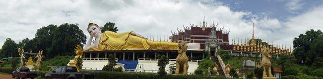 一个最近被兴建的寺庙的说谎的菩萨在泰国 免版税库存照片