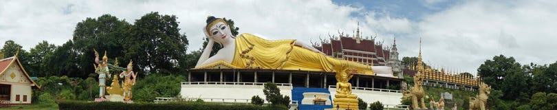 一个最近被兴建的寺庙的说谎的菩萨在泰国 免版税库存图片