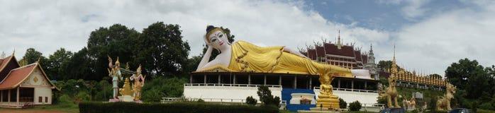 一个最近被兴建的寺庙的说谎的菩萨在泰国 图库摄影