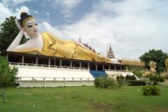 一个最近被兴建的寺庙的说谎的菩萨 库存照片