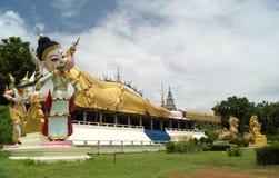 一个最近被兴建的寺庙的说谎的菩萨 免版税库存照片