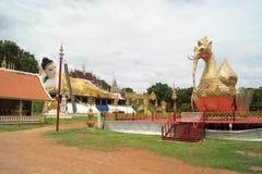一个最近被兴建的寺庙的说谎的菩萨 库存图片