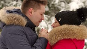 一个有同情心的人在冬天温暖他的妻子` s手 股票录像