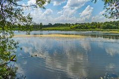 一个有吸引力的湖在村庄、一个方便地方钓鱼的和室外休闲的郊区 库存照片