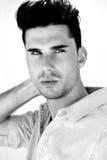 一个有吸引力的男性时装模特儿的黑白画象 库存图片