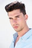 一个有吸引力的年轻男性时装模特儿的画象 库存照片