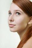 一个有吸引力的年轻红头发人的画象与干净的新鲜的皮肤的 库存照片