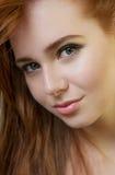 一个有吸引力的年轻红头发人的画象与干净的新鲜的皮肤的 库存图片