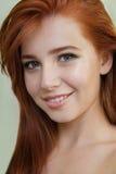 一个有吸引力的年轻红头发人的画象与干净的新鲜的皮肤的 免版税库存图片