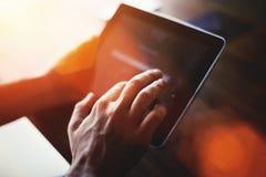 一个有拷贝空间的人的手感人的数字式片剂屏幕的播种的射击视图您的正文消息或广告内容的 免版税图库摄影