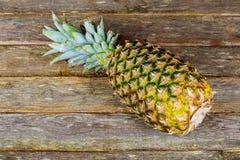一个有机菠萝的细节在一张木桌上的 免版税库存图片