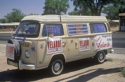 一个有篷货车的侧视图与大市场活动符号的 免版税图库摄影