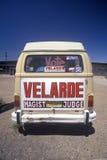 一个有篷货车的背面图与大市场活动符号的 免版税库存照片