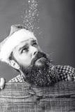 一个有胡子的人的画象有查寻圣诞老人的盖帽的 免版税库存照片