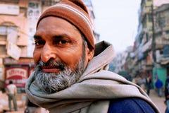 一个有胡子的印地安传球手的画象在拥挤印地安街道上的 免版税图库摄影