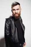 一个有胡子的年轻人的情感画象皮夹克的 免版税库存照片