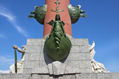 一个有船嘴装饰的专栏的装饰在圣彼得堡,俄罗斯 库存照片