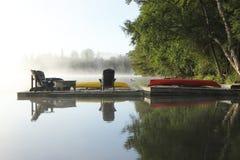 一个有薄雾的湖的船坞 库存图片