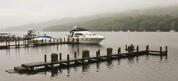 一个有薄雾的英国湖的一个小船码头 免版税图库摄影