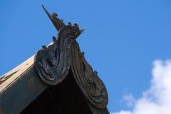 一个有趣的古老泰国建筑特点,被安置在一个老泰国结构的屋顶` s曲拱的尖顶 库存图片