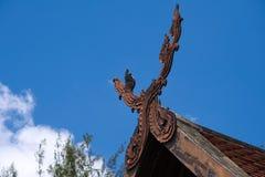 一个有趣的古老泰国建筑特点,被安置在一个老泰国结构的屋顶` s曲拱的尖顶 图库摄影