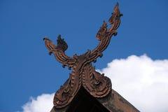 一个有趣的古老泰国建筑特点,被安置在一个老泰国结构的屋顶` s曲拱的尖顶 免版税库存图片