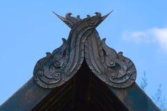 一个有趣的古老泰国建筑特点,被安置在一个老泰国结构的屋顶` s曲拱的尖顶 免版税图库摄影