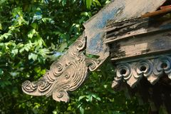 一个有趣的古老泰国建筑特点,被安置在屋顶一个老泰国结构的` s房檐的底部 图库摄影