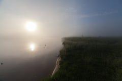 一个有雾的Mountain湖的春天海岸线日出的 图库摄影
