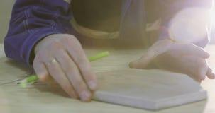 一个木匠` s手概述的特写镜头每家具在一个大委员会的 股票视频