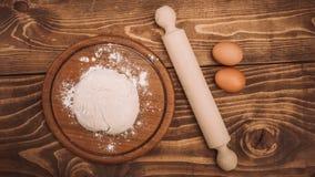 一个木厨房上的面团的食品成分 蛋糕recipies 免版税库存照片