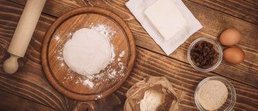 一个木厨房上的面团的食品成分 蛋糕recipies 免版税图库摄影
