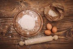 一个木厨房上的面团的食品成分 蛋糕recipies 库存图片