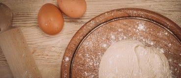 一个木厨房上的面团的食品成分 蛋糕recipies 免版税库存图片