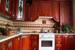 一个木厨房的内部 免版税库存图片